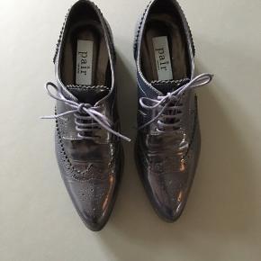 Smuk og feminin, blålig sko fra Apair, - jeg kun har haft på foden i butikken og i min stue én enkelt gang.   De er str. 37 og jeg må bare erkende, at uanset hvor smukke de er, ER de bare for små 🙈   Normalpris: 1.400 kr.