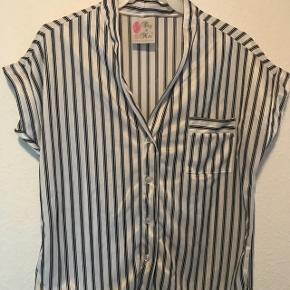 Shortnight skjorte i 100% let blød polyester fås i str small og medium