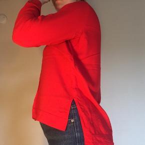Fin rød bluse med slids i siderne fra Tom Tailor.   100% viskose.  Send gerne pb for flere informationer og billeder 👍🏼 Røgfrit hjem 🚭 Tjek gerne mine andre annoncer ud - der er masser af varer til utroligt billige priser 👏🏼