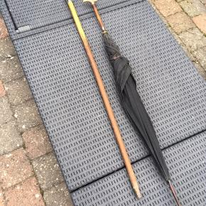 En gammel spadserstok med sølvtop og en meget gammel paraply (mere end 100 år) sælges samlet for kr 500 eller hver for sig for 300 pr stk  Kun til afhentning eller kan evt leveres mod betaling