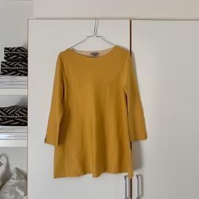 Sælger denne skønne gule trøje fra COS. Den er af 92% uld og har lille slids på hvert ærme☺️