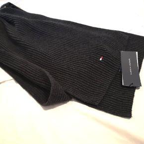 Halstørklæde fra Tommy Hilfiger - stadig med prismærke.