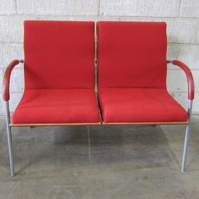 2 personers sofa og stol med rødt stof  og rød læder armlæn, i perfekt stand, med få brugsspor.  B 105/58 H 43/80 cm.