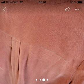Lækker skjorte i mørk brændt rosa farve I støvet, let mat, silkeagtig stof, med struktur  Brugt 2 gange
