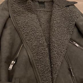 "Super fed ruskind lignende jakke med blødt   ""bamse""stof inden i! Virkelig god overgangs jakke, da den ikke er for tyk eller for tynd! 🌸"