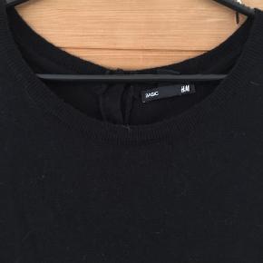 Fin tynd strikkjole fra H&M str s  Brugt ca 5 gange - men standen er sat til 'god men brugt'  Se hvad kjolen er lavet af på billede