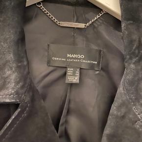 Ruskindsjakke med lynlås detaljer. 100 % Ægte læder. Passer str 38.