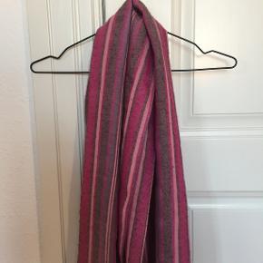 Smukt og superblødt tørklæde i fine farver. Køber betaler fragt og et evt. TS- gebyr.