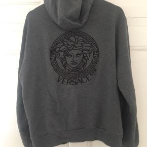 Versace zip hoodie, Medusa logo både bag og på brystet. Trøjen er ikke brugt specielt meget den fitter 175-182. Trøjen er købt i selfridges i London. Jeg har desværre ikke kvitteringen længere. Men har det legitets nummer som sidder i alle Versace trøjer   Jeg kan gå med til en hurtig handel for 1700kr