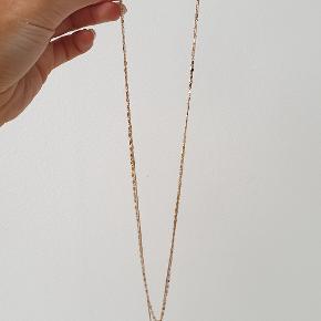 Smuk halskæde i to lag med pink trekant Den er ikke brugt  den sælges for 80kr kan sendes med alm. brev porto med postnord for 90kr inkl den kan sendes med DAO for 38kr
