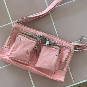 Mega fed nylon taske fra Nunoo. Brugt men kan blive smuk igen hvis den får en tur i vaskemaskinen