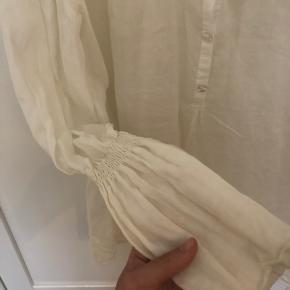 Smuk hørskjorte fra mærket A'Journey. Ca. str. M, mangler sizelabel. Fine ærmer. Fejler ingenting ✨