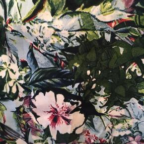Superlette sommerbukser i flot blomsterprint. Bred elastik i toppen, lomme i hver side. Bytter ikke.