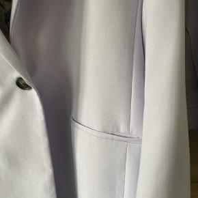 Smukt og lækkert lavendelfarvet jakkesæt str 42.