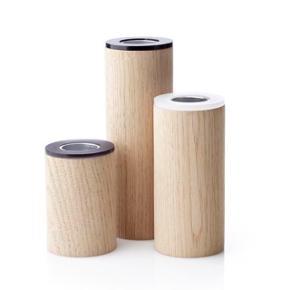 Fine applicata lysestager, tre forskellige størrelser i fint lyst træ. Aldrig brugt og stadig med indpakning. Nypris: 480,-