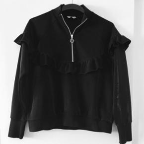 Fin sort trøje fra Envii. Str L, men fitter nok mere en M da den er lidt kort i det. Super fin på! Brugt få gange. Np. 450,-   Aarhus c ✨