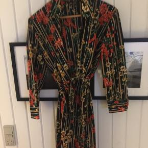 Lækker kjole fra Zara strørrelse M