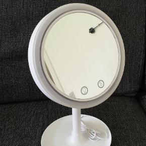 Makeup spejl med lys og blæser. 4 stk. AA batterier og USB stik.