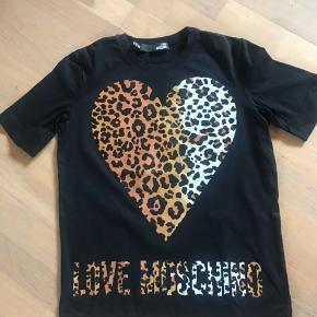 Med gummiahtige logo hjerte på brystet