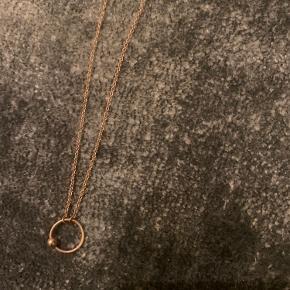 Købt hos leah maria - 14 karat guld - 60 cm.   Ingen æske - kun kæde. Til den seriøse kan jeg nok grave en kvittering frem.