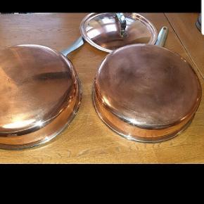 2 flotte kobber pander i rustfri stål  23cm. Den ene med låg.  Originale fra omk 1970 'erne.  Køber betaler fragt hvis ikke det er muligt at afhente. Polaris.  Pris for begge