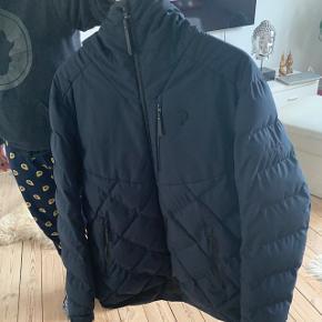 Unisex Peak Performance Alaska jakke. Fejlkøb kun brugt en par måneder. Jakken har et lillebitte hul, som sikkert kan lappes hvis man er lidt fiks på fingrene.  Nypris 2500.   Kan hentes ved Nørrebros Runddel, eller sendes på købers regning :)