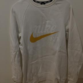 Hey, sælger denne fede Nike sweatshirt. Den har et fedt vintage design. Den er udsolgt overalt. Brugt maks 2 gange. Prisen er 300kr.