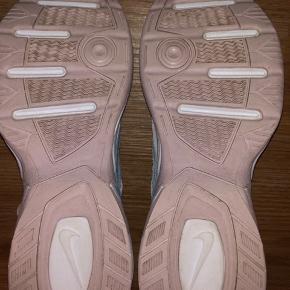 Nike M2k tekno, i farven summit White/barely rose/Metallic silver, limited edition. Ny pris var 799 kr. De er brugt højst 5 gange, og i god stand. Næsten ingen tegn på brug, udover inde i skoene, og på bunden. Original skoæske medfølger