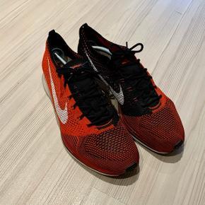 Nike Flyknit Racer Red/Black str. 44,5.  Er næsten ikke brugt så i virkelig fin stand!