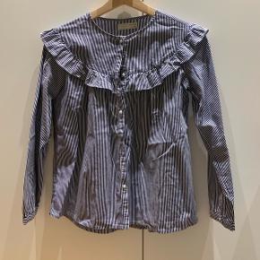 Skjorte med blå og hvide striber Mærke: ZARA Størrelse: 13-14/164 Stand: næsten som ny Røgfrit hjem BYD!!!!!