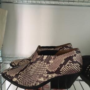 Støvlerne er aldrig brugt og fremstår derfor som nye :) Kom med et bud.