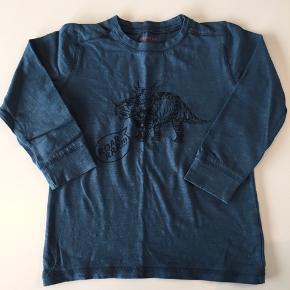 Bluse med dinosaur. Farven snyder lidt på billederne - den er petroleum.