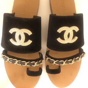 De lækre sandaler fra Chanel. Kun brugt 2-3 gange og fremstår helt som nye med meget lidt slid under sålen. De er 39,5, men jeg er selv 40 og passer dem fint. De er flex, da de jo er åbne.