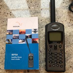 Iridium satellit telefon med dækning i hele verden. Kommer med alt i udstyr, diverse opladere, taske, øresnegl samt brugermanual  Er i fin stand og brugt ganske få timer.