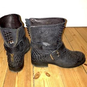 Sælger mine Billi Bi støvler, de er i fin stand og ikke brugt ret meget. Str 38 De kan sendes for 50kr