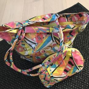 Cool beachbag i kraftigt plast. Tilhørende lille ekstra toilet taske. Pucci look. Meget velholdt, kun brugt få gange.  Porto 38 kr.