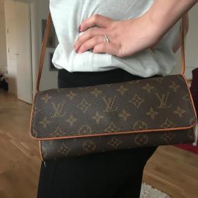 Louis Vuitton Twin Pochette, clutch / skuldertaske / crossbody i LV monogram - kanvas/læder..  Kan bruges med og uden skulderrem.  Størrelse: L 19 * H 10 cm  Dato kode: FL1001  Tasken er meget pæn og velholdt. Leveres med dustbag.  Kom med et bud!