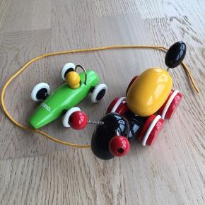 Sælger denne BRIO bil og BRIO myre med æg. Som man kan se på billederne er der mærker på ægget, men selve myren er som ny. Der er også et mærke på hovedet på det gule hoved i bilen. Sælges kun samlet. Kommer fra et ikke ryger hjem. Kan afhentes i 2990 Nivå eller sendes mod betaling