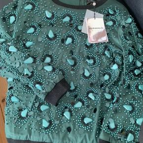 sweater med pailletter, passer op til str. 42. kan sendes med Dao til 60 kr.