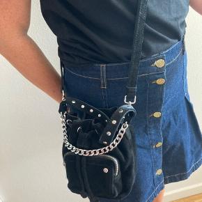 Ny Nunoo taske i sort ruskind, er aldrig blevet brugt og har stadig indlægspapiret i. Skriv for flere billeder.