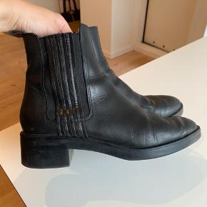 Sælger mine Zara støvler, da jeg ikke får dem brugt mere ❤️ De er almindelige i størrelsen og er lavet af ægte læder!