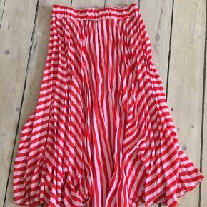 Skøn og farverig plisseret nederdel fra Gina Tricot.