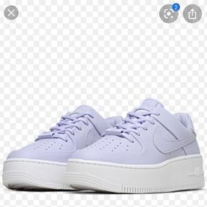 Hejsa  Sælger mine rigtig fine pastel lilla Nike air Force 1 Saw low i str 39 Fejler intet, brugt max to gange, sælger dem da de er blevet for små. Skriv pb for mere info og billeder🤩🤩