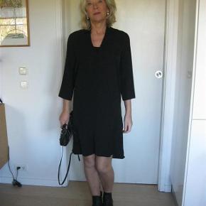 Varetype: Flot Kjole Farve: Sort Oprindelig købspris: 600 kr.  Smart kjole fra Norr, yderst velholdt, brugt få gange. Bud fra 150pp + TS gebyr handler gerne mobilpay sender med DAO