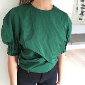 Virkelig flot grøn skjorte/bluse fra H&M trend. Nærmest som ny. Farven er bedst på sidste billede.