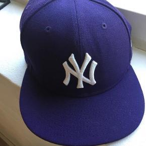 Brand: NY Varetype: kasketter Størrelse: 59 Farve: lilla Prisen angivet er inklusiv forsendelse.  kasket str 59 lilla eller bordeux kast et bud fra 75pp bytter ikke