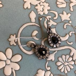 Smukke øreringe fra Julie Sandlau med sort onyx. Jeg bytter ikke.