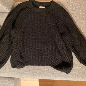 Sælger denne sweater, da den dsv er blevet for lille.  BYD!
