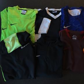Tøjpakke fra Nike str M. Enkelt træningstrøje med lynlås i halsen er str S.  5 trænings t-shirt hvor den ene grønne har en meget svag tusch streg på maven.  En hætte træningstrøje.   Samlet pris 200 kr plus Porto