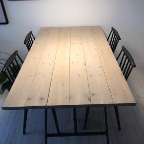 DIY plankebord i lys træ med ben fra IKEA. Længde 150 cm, bredde 84,5 cm, højde 73 cm.   Fremstår i fin stand. Kan afhentes i Kbh NV.